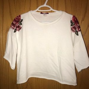 Crop white short sleeve with roses on shoulders